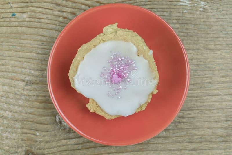 Ενιαίο πρόσφατα ψημένο σπιτικό μπισκότο σε ένα πιάτο στοκ εικόνα