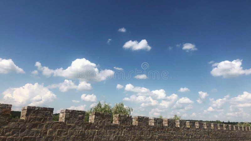 ενισχυμένος τοίχος κάστρων στο μπλε ουρανό υποβάθρου με το σύννεφο στοκ εικόνες