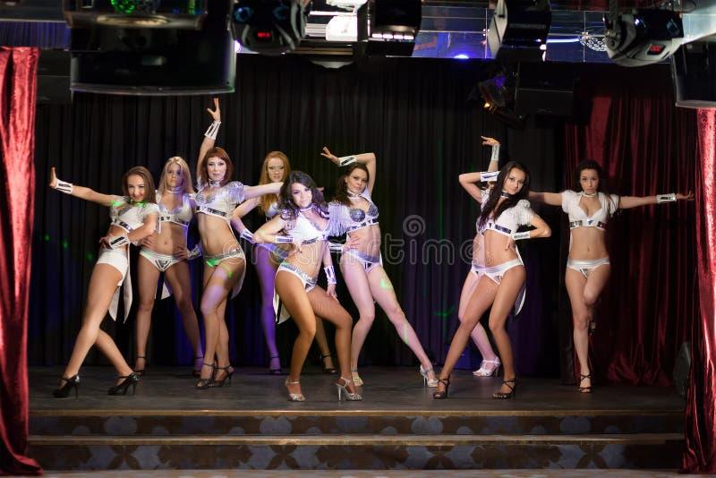 Εννέα showgils που θέτουν στη σκηνή στοκ φωτογραφία