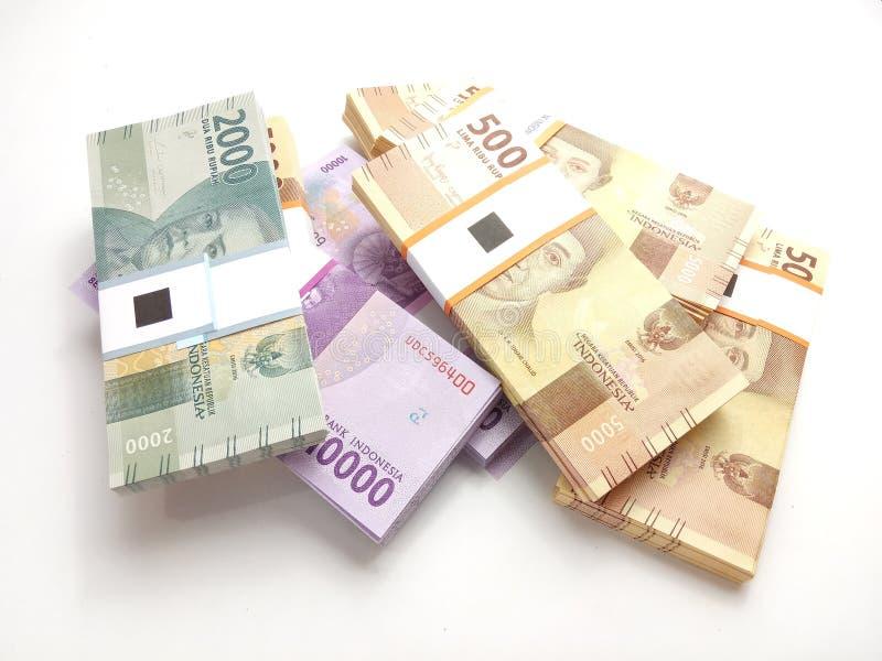 Εννοιολογική απλή φωτογραφία φωτογραφιών, τοπ άποψη, πακέτα των χρημάτων της Ινδονησίας ρουπίων, 2000, 5000, 10000, στο άσπρο υπό στοκ φωτογραφίες
