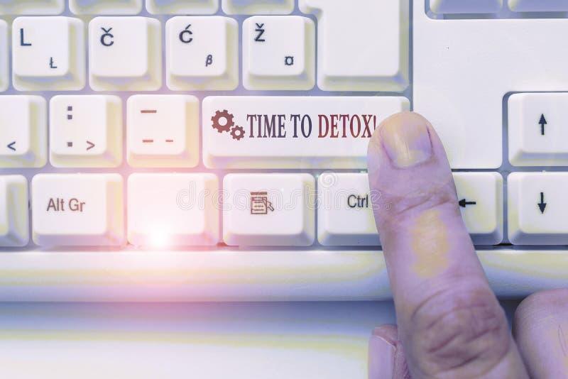 Εννοιολογική γραφή με το χέρι που δείχνει το χρόνο μέχρι τον αποτοξίνωση Επαγγελματικό φωτογραφικό κείμενο όταν καθαρίζετε το σώμ στοκ φωτογραφία με δικαίωμα ελεύθερης χρήσης