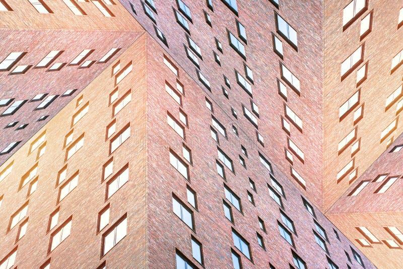 Εννοιολογική σύσταση αρχιτεκτονικής των σύγχρονων κτηρίων τούβλου με πολλά τετραγωνικά παράθυρα στοκ φωτογραφία με δικαίωμα ελεύθερης χρήσης