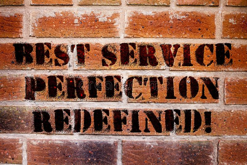 Εννοιολογικό χέρι που γράφει καλύτερη τελειότητα υπηρεσιών που επαναπροσδιορίζεται παρουσιάζοντας Κείμενο επιχειρησιακών φωτογραφ στοκ φωτογραφίες