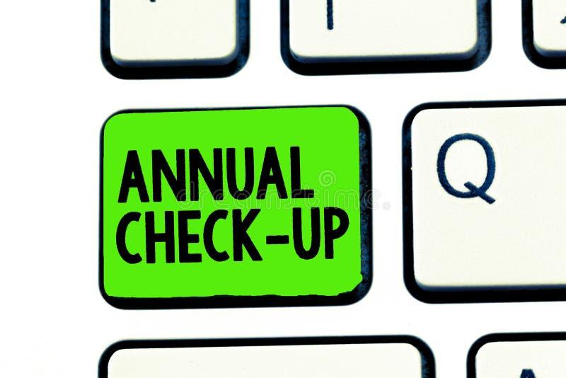 Εννοιολογικό χέρι που γράφει παρουσιάζοντας ετήσιο έλεγχο Ετήσιες αξιολόγηση κειμένων επιχειρησιακών φωτογραφιών και εξέταση της  στοκ φωτογραφίες με δικαίωμα ελεύθερης χρήσης