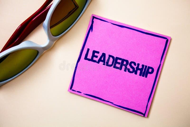 Εννοιολογικό χέρι που γράφει παρουσιάζοντας ηγεσία Ανάμειξη δραστηριότητας δυνατότητας κειμένων επιχειρησιακών φωτογραφιών που οδ στοκ φωτογραφίες