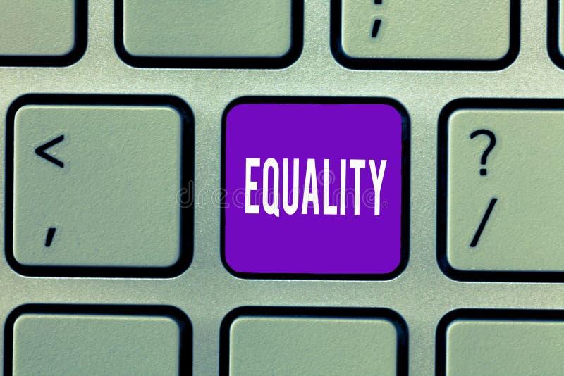 Εννοιολογικό χέρι που γράφει παρουσιάζοντας ισότητα Κατάσταση κειμένων επιχειρησιακών φωτογραφιών της ύπαρξης ίσος ειδικά στα δικ στοκ εικόνες