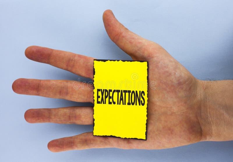Εννοιολογικό χέρι που γράφει παρουσιάζοντας προσδοκίες Επιχειρησιακή φωτογραφία που επιδεικνύει τις τεράστιες πωλήσεις στις υποθέ στοκ εικόνες
