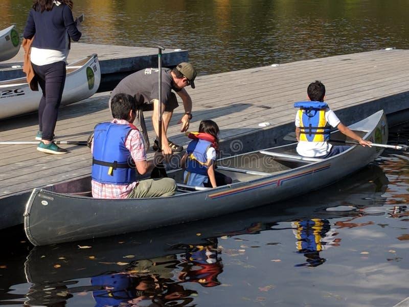 Ενοίκιο κανό στη λίμνη φθινοπώρου Algonquin στο πάρκο στοκ φωτογραφία με δικαίωμα ελεύθερης χρήσης