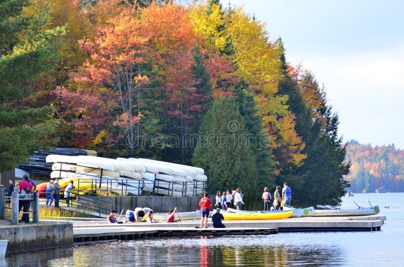 Ενοίκιο κανό στη λίμνη φθινοπώρου Algonquin στο πάρκο στοκ φωτογραφίες