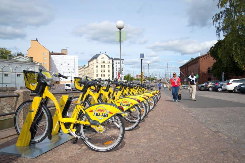 Ενοίκιο ποδηλάτων στην οδό πόλεων Ελσίνκι στοκ εικόνες