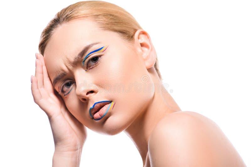 ενοχλημένη γυναίκα με χρωματισμένος makeup με τις γραμμές που εξετάζουν τη κάμερα στοκ φωτογραφίες με δικαίωμα ελεύθερης χρήσης