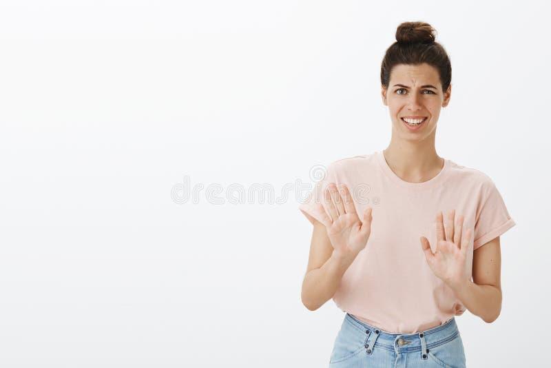 Ενοχλημένος ευγενικός νέος θηλυκός συνάδελφος που απορρίπτει την ανατριχιαστική και προσφορά που φαίνεται έντονοι και αδέξιοι κυμ στοκ εικόνες με δικαίωμα ελεύθερης χρήσης