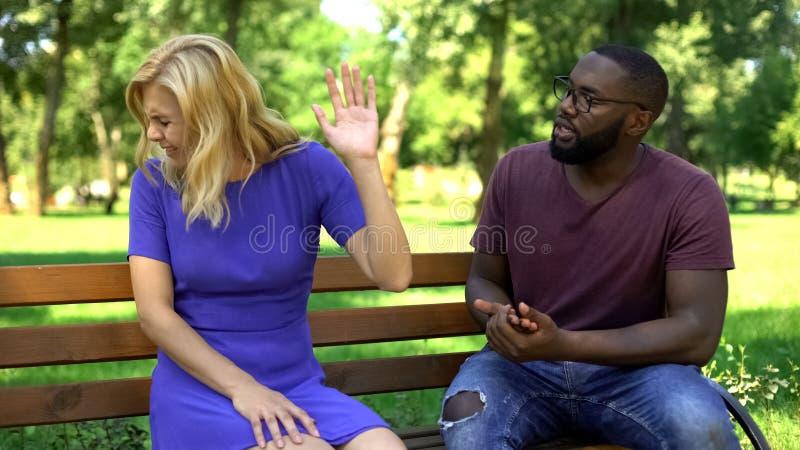 Ενοχλημένο ζεύγος που μαλώνει και που χωρίζει στο πάρκο, διαφορετικές προσδοκίες στοκ εικόνες