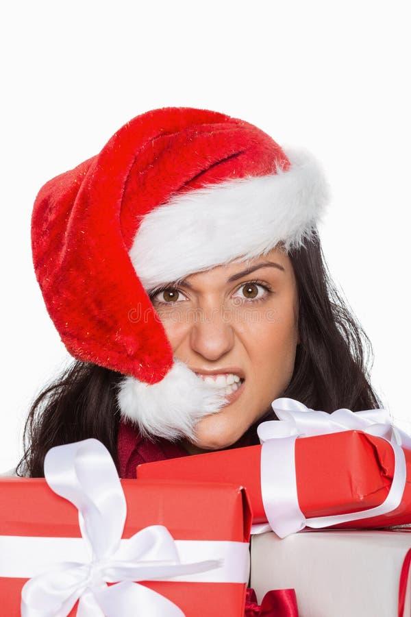Ενοχλημένη γυναίκα με τα χριστουγεννιάτικα δώρα στοκ φωτογραφίες με δικαίωμα ελεύθερης χρήσης