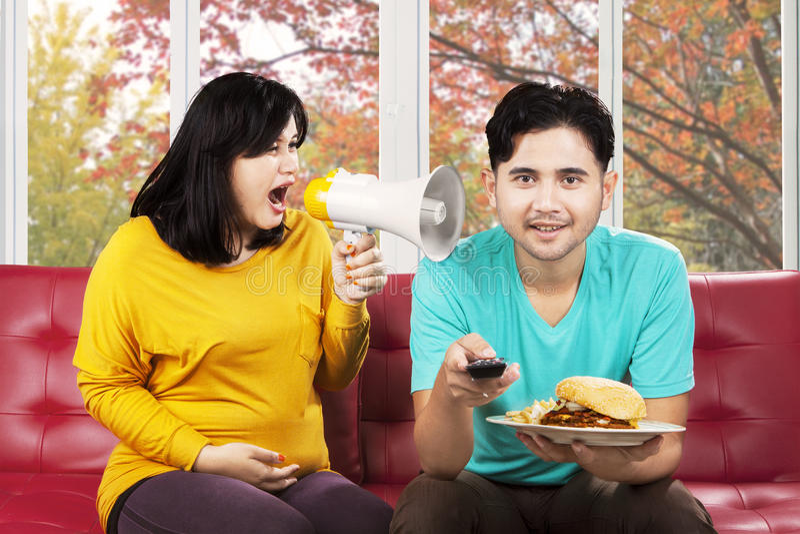 Ενοχλημένη γυναίκα που φωνάζει στο σύζυγό της στοκ φωτογραφία με δικαίωμα ελεύθερης χρήσης