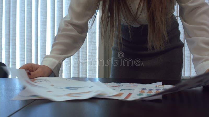 Ενοχλημένος επιχειρησιακός εργαζόμενος που ρίχνει έναν σωρό των εγγράφων απόθεμα βίντεο