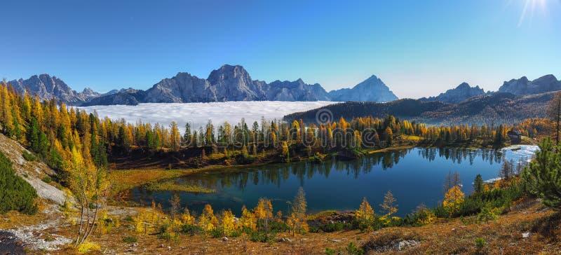 Εντυπωσιακή εναέρια θέα της κρυστάλλινης λίμνης Federa στο Dolomites Alps υπό το φως του ήλιου στοκ φωτογραφίες