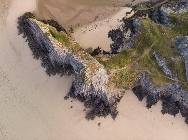 Εντυπωσιακή, πολύχρωμη εικόνα του τοπίου από ξηρό αεροσκάφος του Three Cliffs Bay στη Νότια Ουαλία κατά τη διάρκεια της καλοκαιρι στοκ φωτογραφίες με δικαίωμα ελεύθερης χρήσης