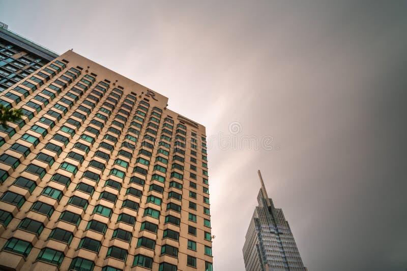εντυπωσιακός ουρανοξύστης με δραματική γκρίζα ρύπανση της σύγχρονης μητρόπολης της σαϊγκόν, βιετνάμ στοκ εικόνες