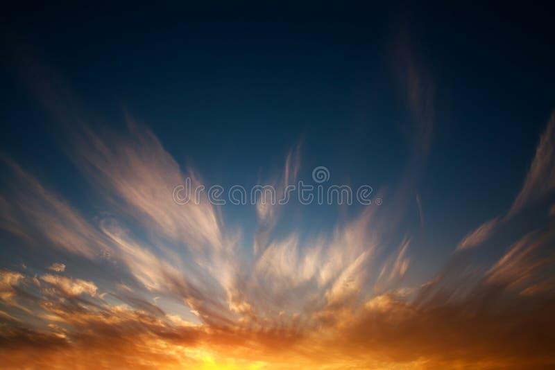 Εντυπωσιακό δραματικό ηλιοβασίλεμα στο υπόβαθρο φύσης ουρανού βραδιού στοκ φωτογραφία