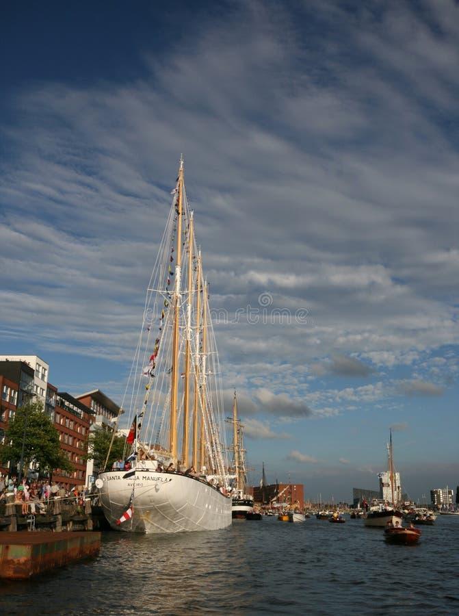 Εντυπωσιακό ψηλό σκάφος που δένεται από την πλευρά ποταμών κατά τη διάρκεια του πανιού Άμστερνταμ στοκ εικόνα