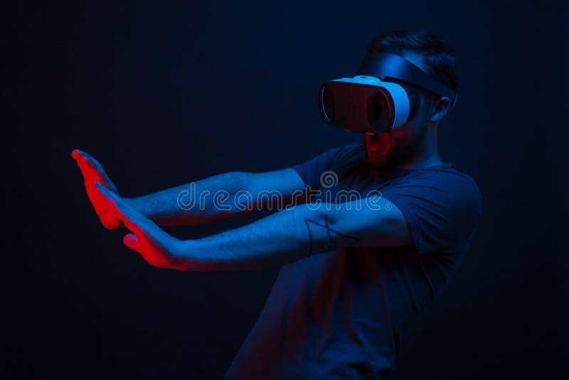 Εντυπωσιασμένο άτομο στα γυαλιά VR στο Μαύρο στοκ φωτογραφίες με δικαίωμα ελεύθερης χρήσης
