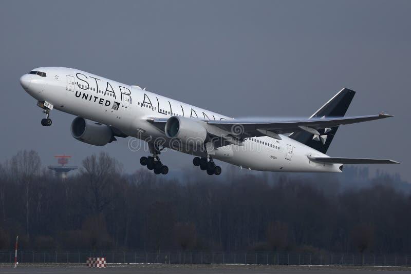 Ενωμένες αερογραμμές συμμαχίας αστεριών που απογειώνονται από τον αερολιμένα MUC του Μόναχου στοκ εικόνα με δικαίωμα ελεύθερης χρήσης