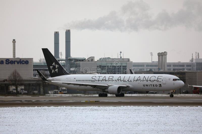 Ενωμένες αερογραμμές συμμαχίας αστεριών που κάνουν το ταξί, χιόνι στο διάδρομο στοκ εικόνα
