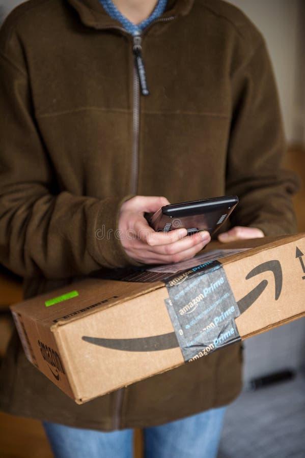Ενωμένος UPS δεμάτων αγγελιαφόρος ταχυδρομικής παροχής υπηρεσιών νέος θηλυκός στοκ φωτογραφία με δικαίωμα ελεύθερης χρήσης