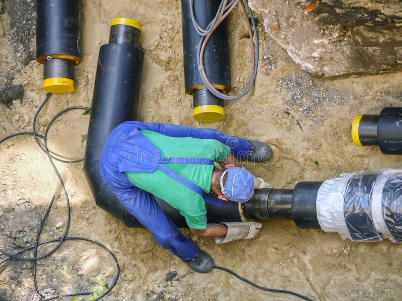 Ενώνοντας σωλήνες εγκαταστάσεων θέρμανσης οξυγονοκολλητών στοκ εικόνα με δικαίωμα ελεύθερης χρήσης