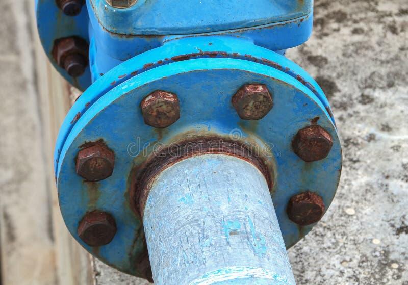 Ενώσεις σωλήνων και σκουριασμένος χάλυβας υδραυλικών νερού βιομηχανικοί στοκ εικόνα