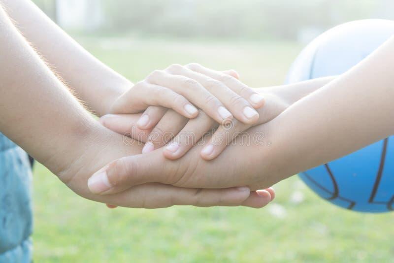 Ενώστε τα αθλητικά τοπικά παιδιά χεριών στοκ εικόνα