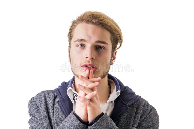 Ενδεής, απελπισμένος νεαρός άνδρας που παρακαλεί στη κάμερα στοκ φωτογραφία με δικαίωμα ελεύθερης χρήσης