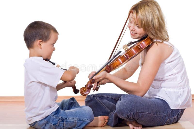 εν ενεργεία γυναίκα βιολιών αγοριών στοκ φωτογραφία με δικαίωμα ελεύθερης χρήσης