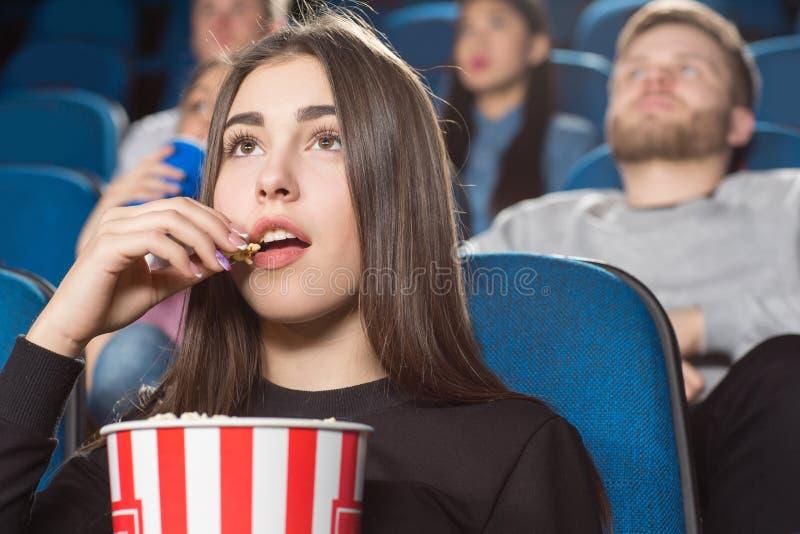 Ενδιαφέροντες κινηματογράφοι στον κινηματογράφο στοκ εικόνα με δικαίωμα ελεύθερης χρήσης
