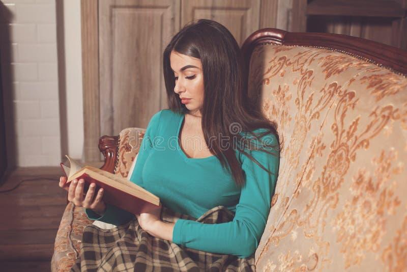 Ενδιαφέρουσες βιβλίο και γυναίκα στοκ εικόνες με δικαίωμα ελεύθερης χρήσης
