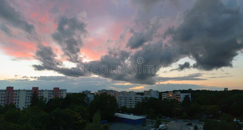 Ενδιαφέρων σχηματισμός σύννεφων στο Μόναχο - Neuperlach στοκ εικόνες