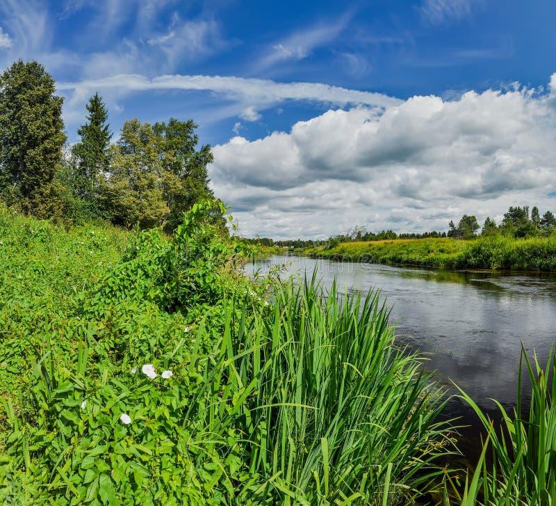 Εν μέρει νεφελώδης μια ηλιόλουστη ημέρα στην όχθη ποταμού στοκ φωτογραφία με δικαίωμα ελεύθερης χρήσης