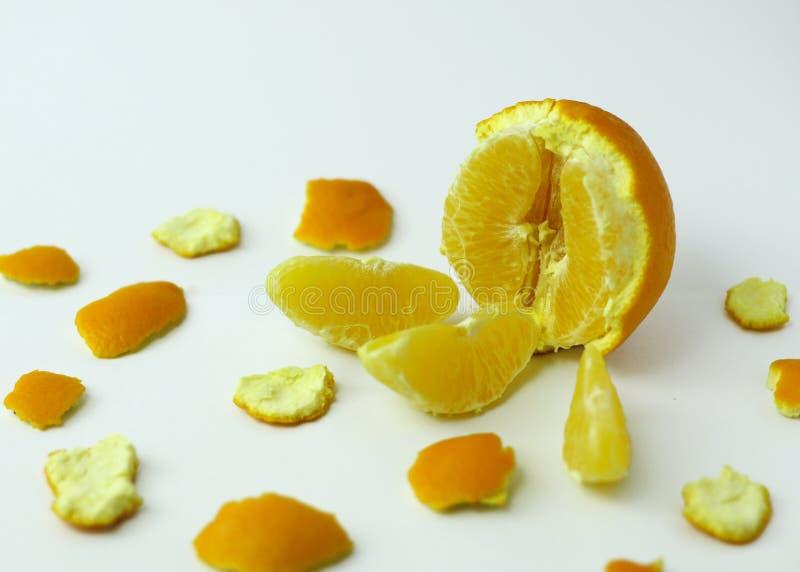 Εν μέρει ξεφλουδισμένο πορτοκάλι με τους φλοιούς στοκ εικόνα με δικαίωμα ελεύθερης χρήσης