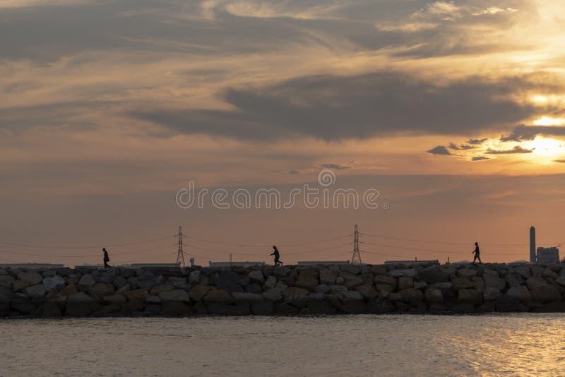 Εν πλω ακτή ηλιοβασιλέματος της Νίκαιας με την υψηλή ηλεκτρική δύναμη βιομηχανική στοκ φωτογραφία με δικαίωμα ελεύθερης χρήσης