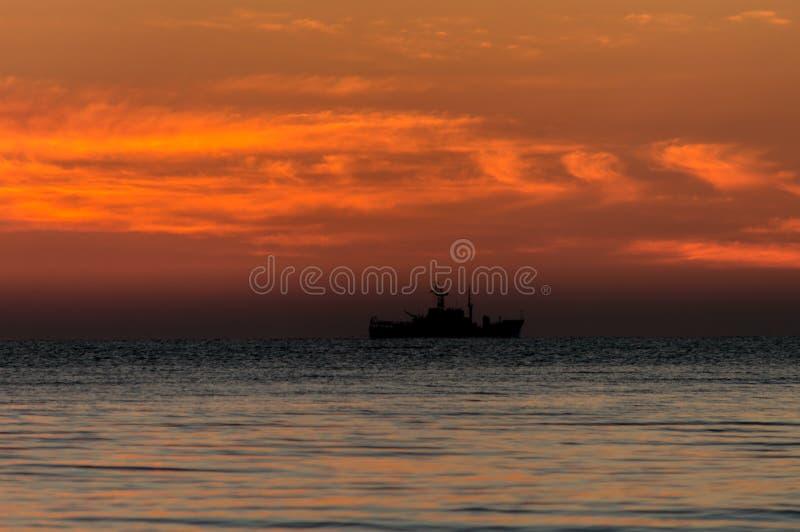 Εν πλω ακτή ανατολής ζωηρόχρωμος ουρανός στοκ φωτογραφία με δικαίωμα ελεύθερης χρήσης