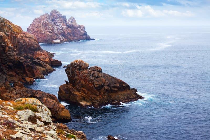 Εν πλω ακτή απότομων βράχων στοκ εικόνες με δικαίωμα ελεύθερης χρήσης