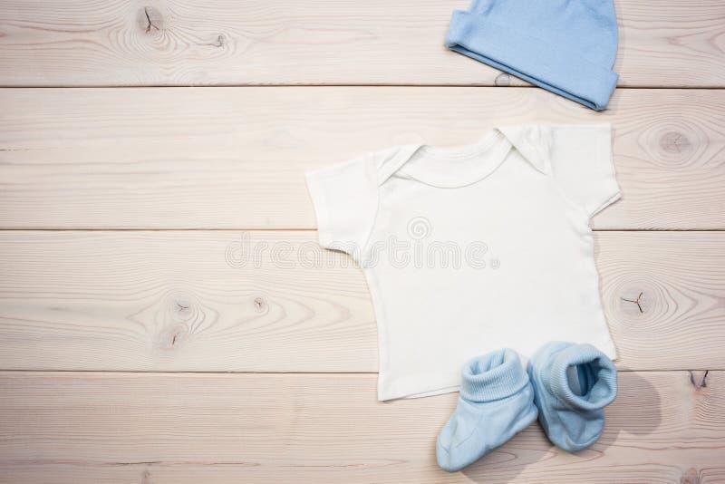 Ενδυμασία μωρών στον πίνακα στοκ εικόνες