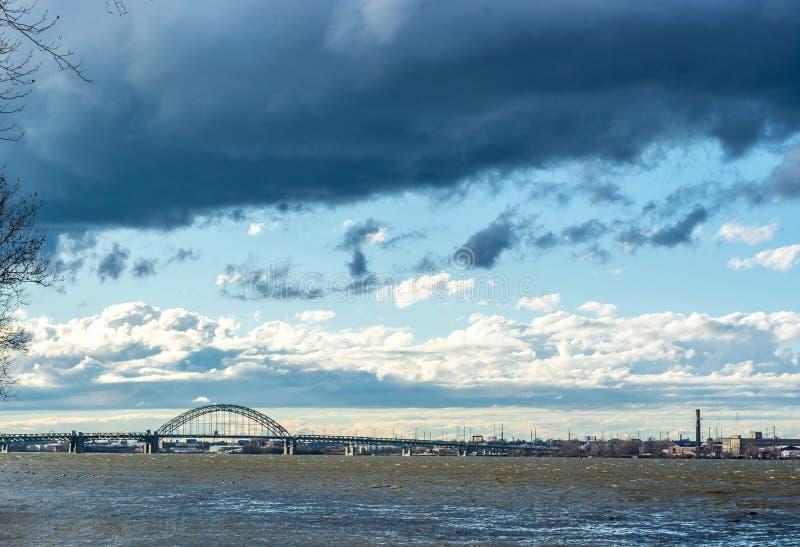 Ενδυνάμωση των σύννεφων στο χειμερινό ουρανό πέρα από τον ποταμό του Ντελαγουέρ στοκ εικόνες