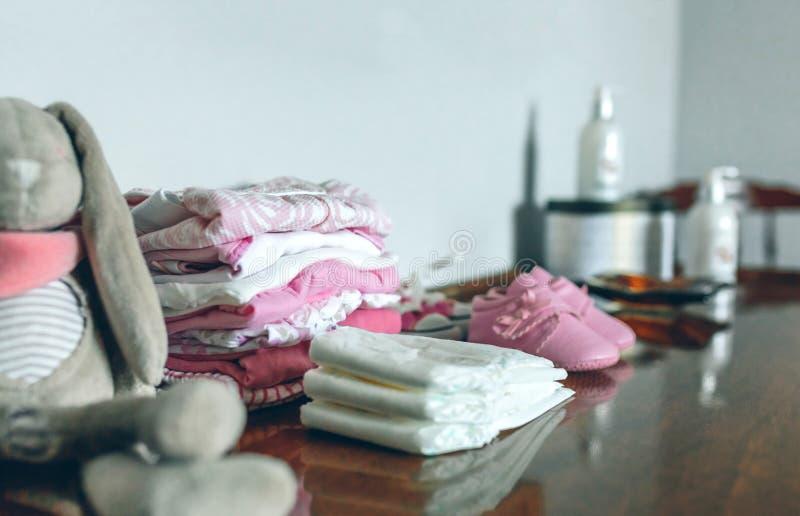 Ενδύματα μωρών έτοιμα για την άφιξή της στοκ φωτογραφία