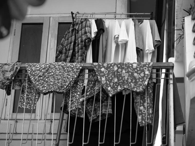 Ενδύματα που ξεραίνουν στο μπαλκόνι στοκ φωτογραφίες με δικαίωμα ελεύθερης χρήσης