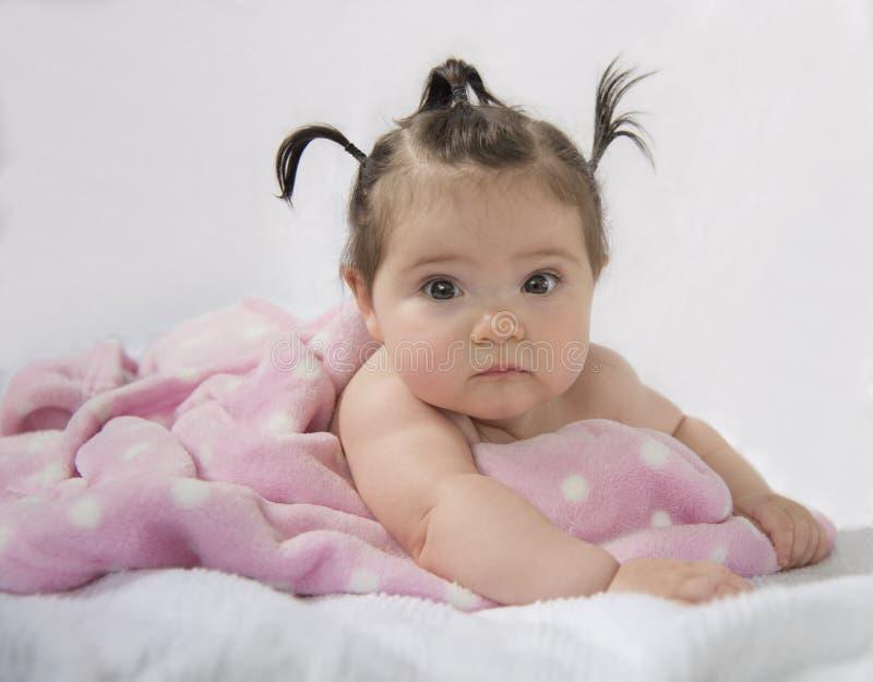Εξάμηνο παλαιό κορίτσι που βρίσκεται στο στομάχι στοκ φωτογραφίες με δικαίωμα ελεύθερης χρήσης