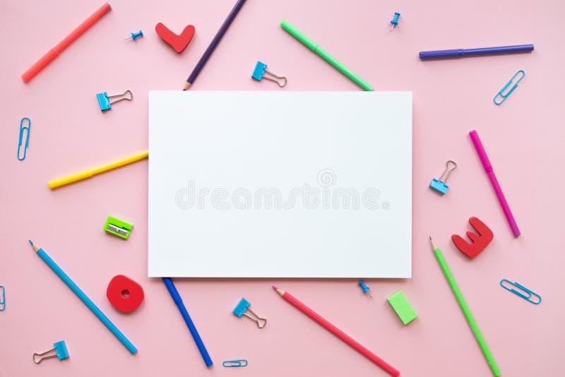Εξάρτημα σχολείου και γραφείων με το διάστημα αντιγράφων στο υπόβαθρο χρώματος στοκ εικόνα