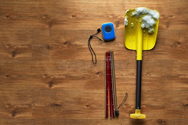 Εξάρτηση διάσωσης χιονοστιβάδων, που βρίσκεται στο ξύλινο πάτωμα στοκ εικόνες