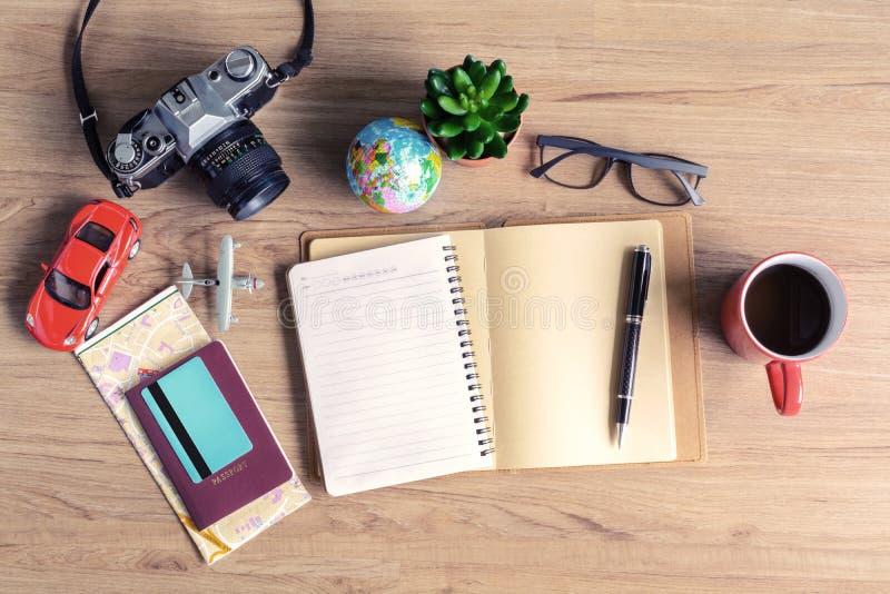 Εξάρτηση του ταξιδιώτη με το φλιτζάνι του καφέ στο ξύλινο υπόβαθρο, Vint στοκ εικόνες
